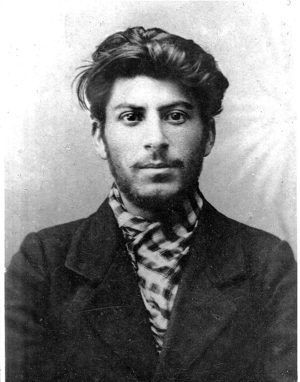 Stalin da giovane, in una foto scattata nel 1902