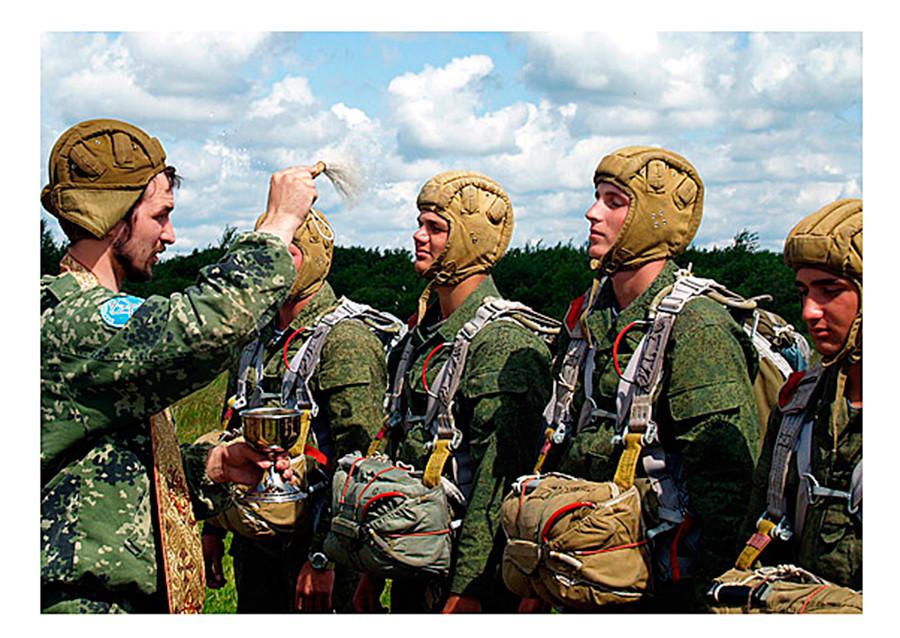 Un sacerdote militare dà la benedizione al personale della Marina