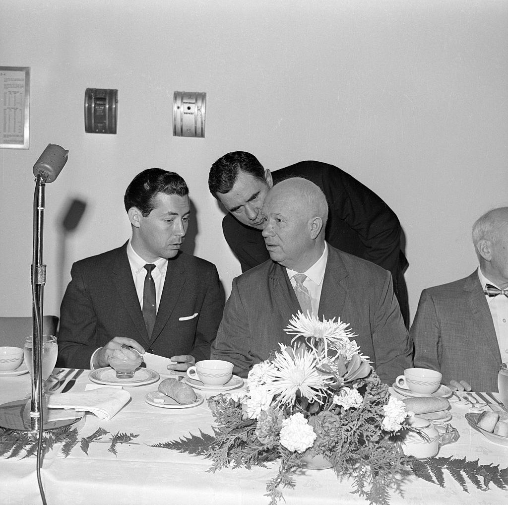 O líder soviético Nikita Khruschov ouve seu ministro dos Negócios Estrangeiros Andrêi Gromíko em Nova York, em 10 de junho de 1960. Sentado à esq., Sukhodrév.