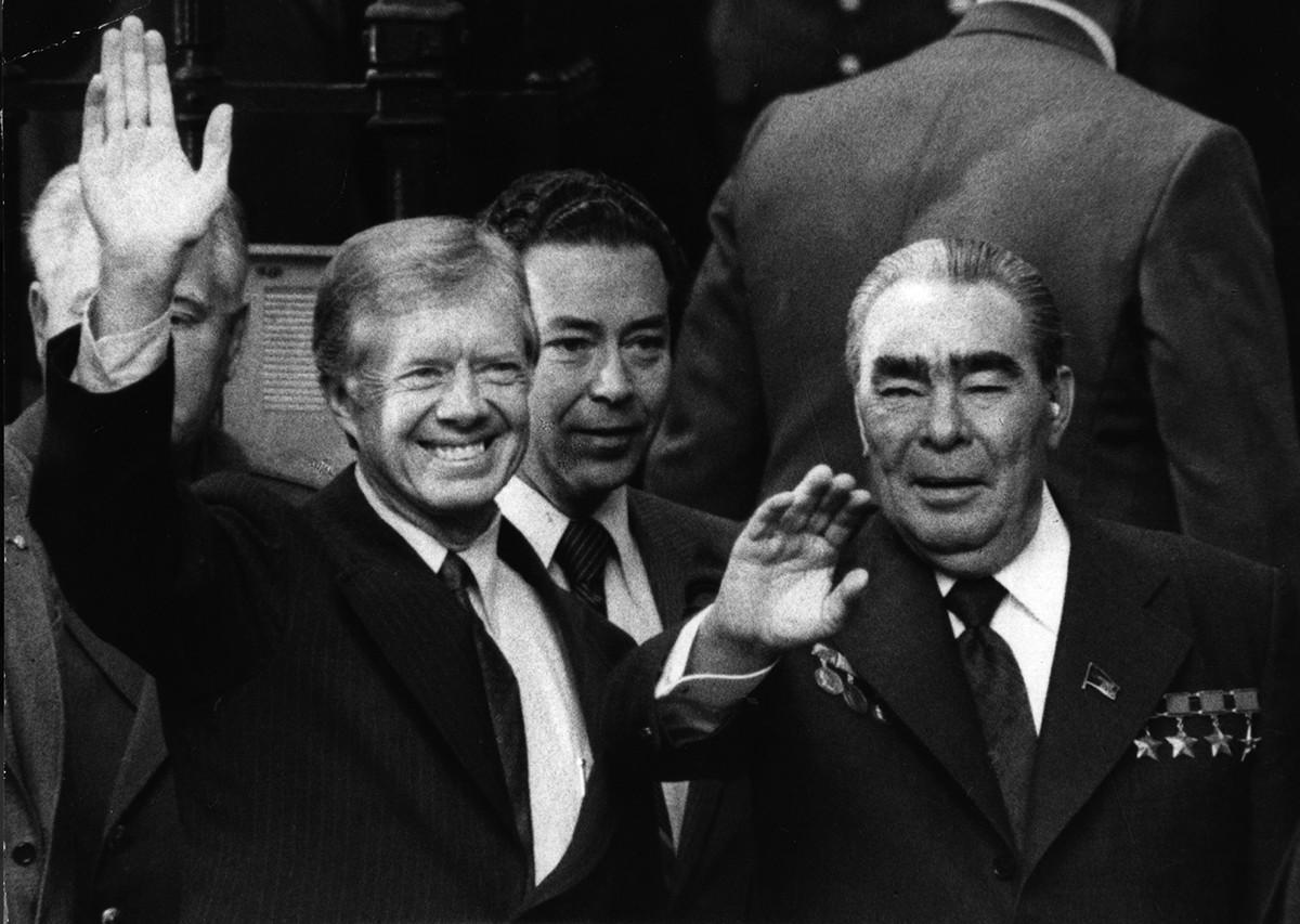 Em 1979, Víktor Sukhodrév (centro), com Jimmy Carter (esq.), e Leonid Brejnev (dir.).