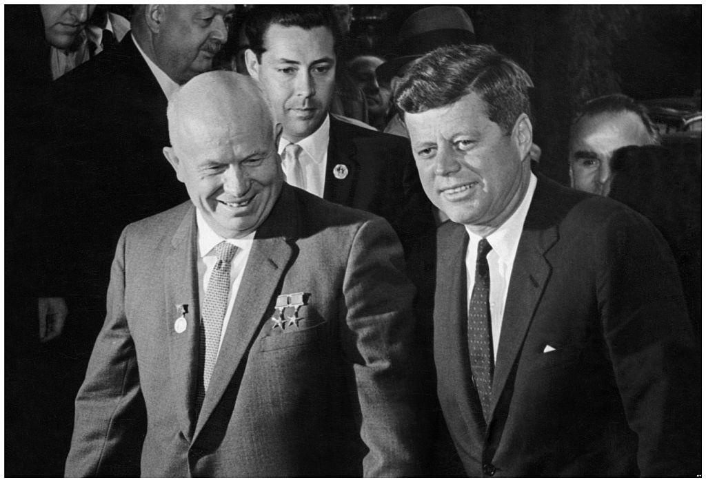 Khruschov (esq.), Sukhodrév (meio) e Kennedy (dir.).