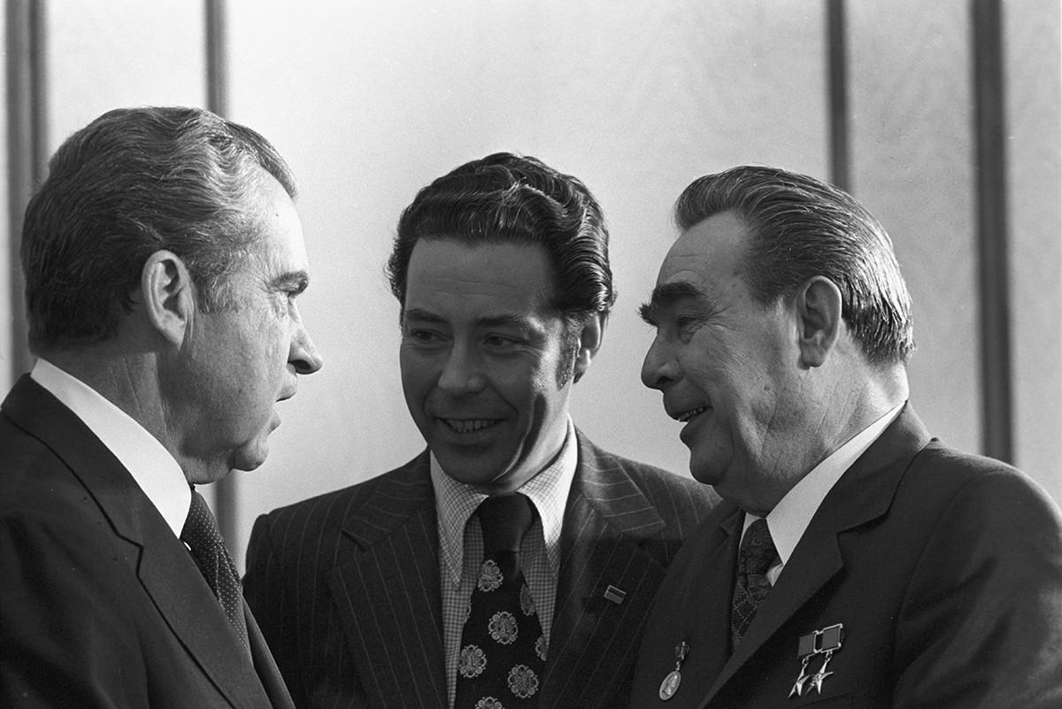 Visita oficial do presidente norte-americano Richard Nixon (esq.) à URSS. No meio, Sukhodrév, e à dir., Brejnev.