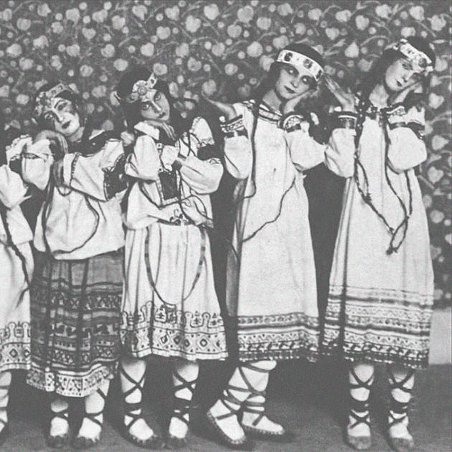 Bailarines del ballet La consagración de la Primavera