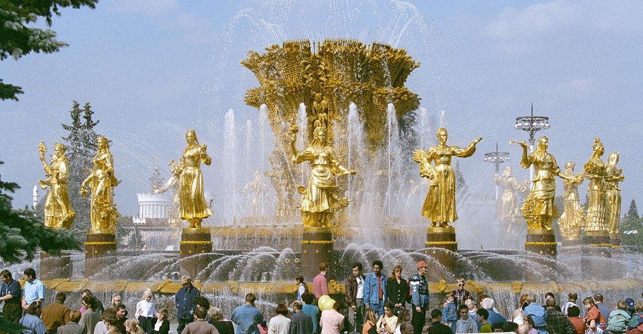 Moskovljani ispred fontane