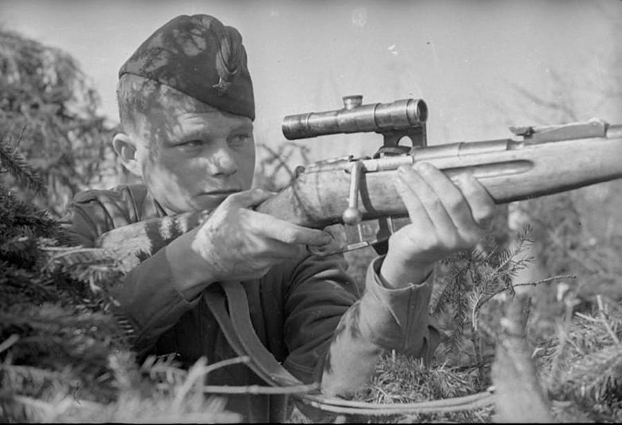 Vodnik Vladimir Sokolov na bojnem položaju