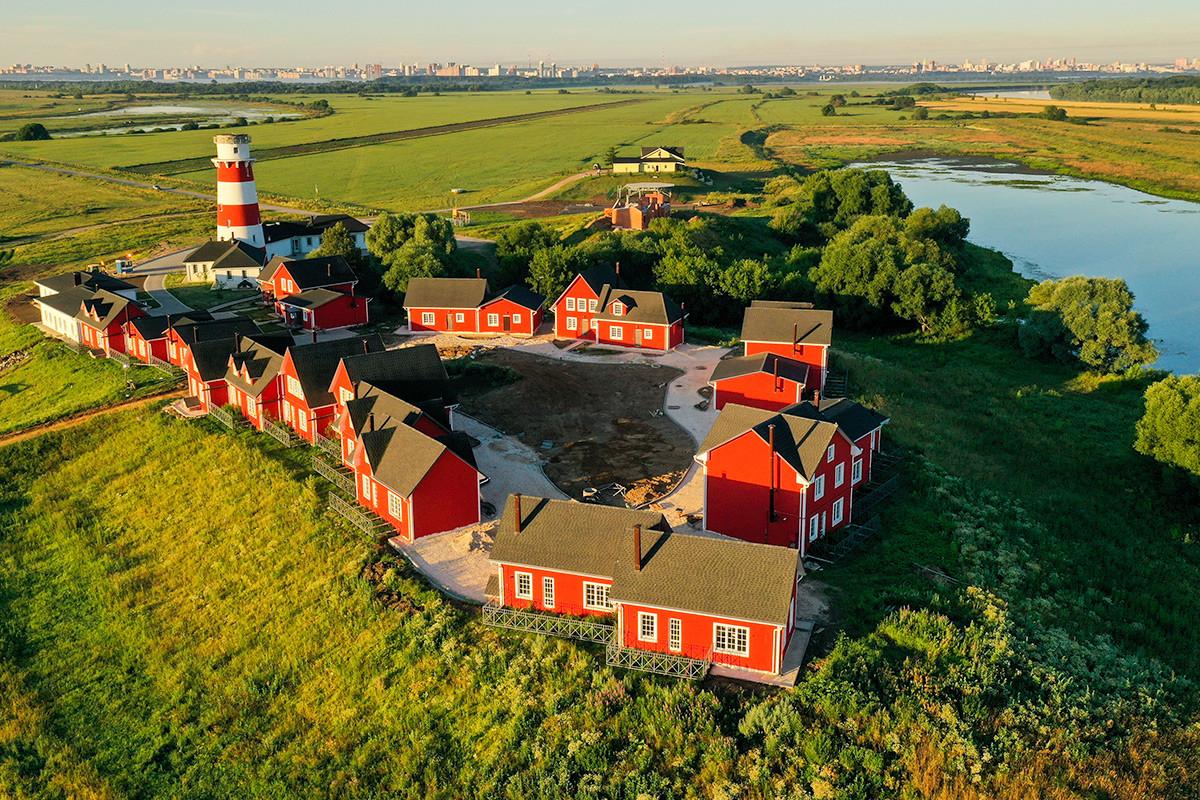 Рязанска област, Русия - 13 юли, 2020: Въздушна гледка от Рибарското селище - хотелски комплекс, включващ фар до река Ока. Хотелският комплекс се намира близо до село Шумаш.