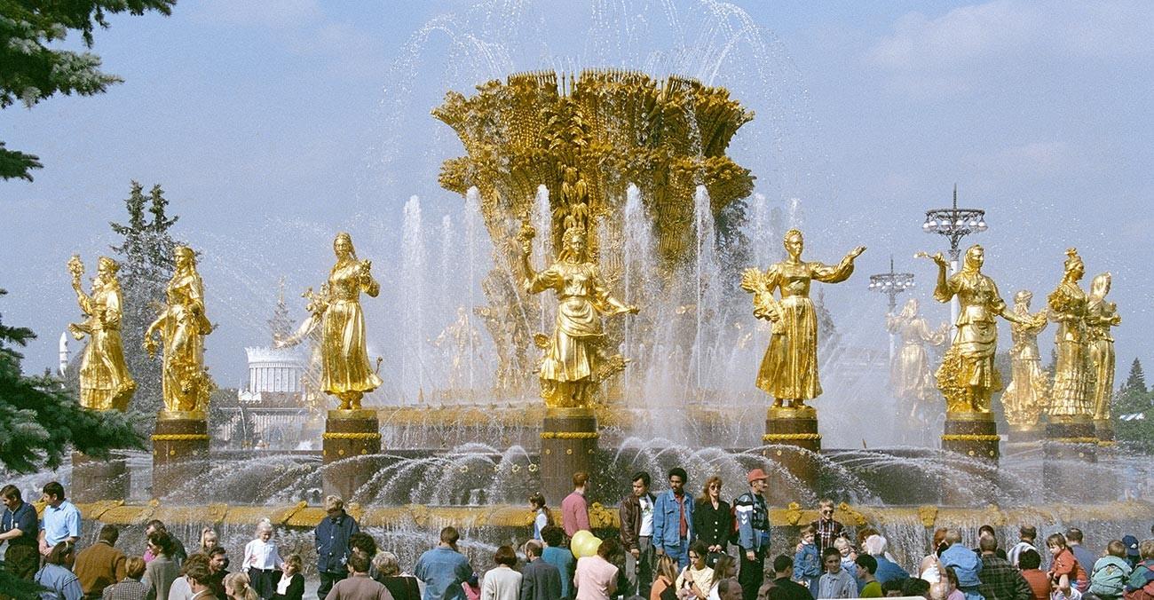Moskovčani pred fontano Prijateljstvo narodov