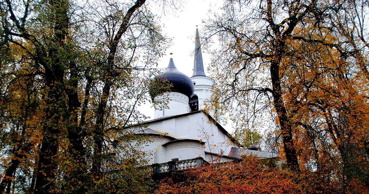 Il Monastero Svjatogorskij, dove è sepolto il poeta