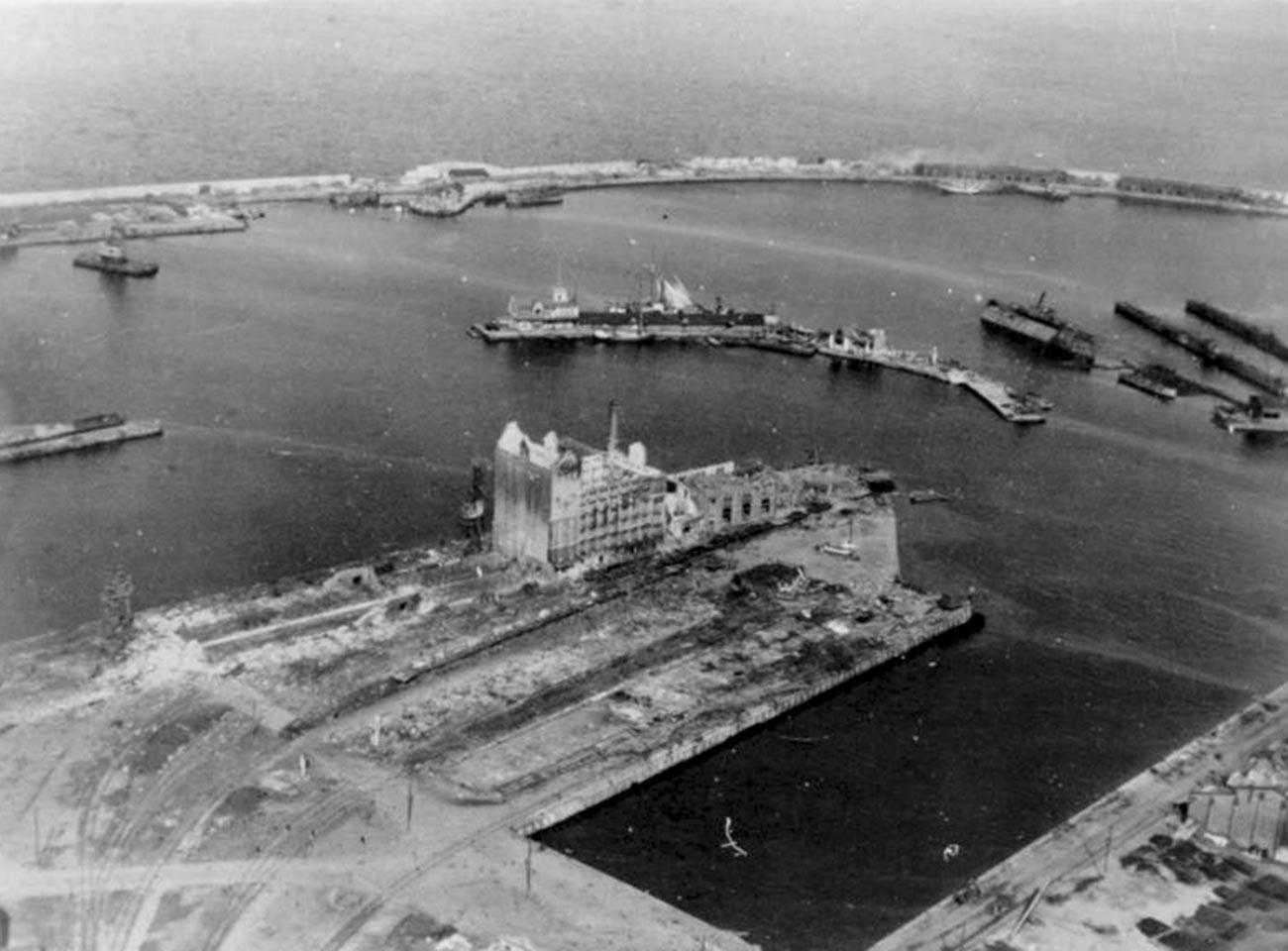 Porto de Tallin em 1° de setembro de 1941, após o cerco alemão.