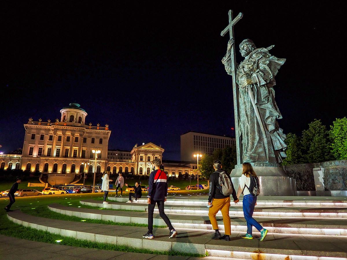 Памятник князу Владимиру на фоне дома Пашкова