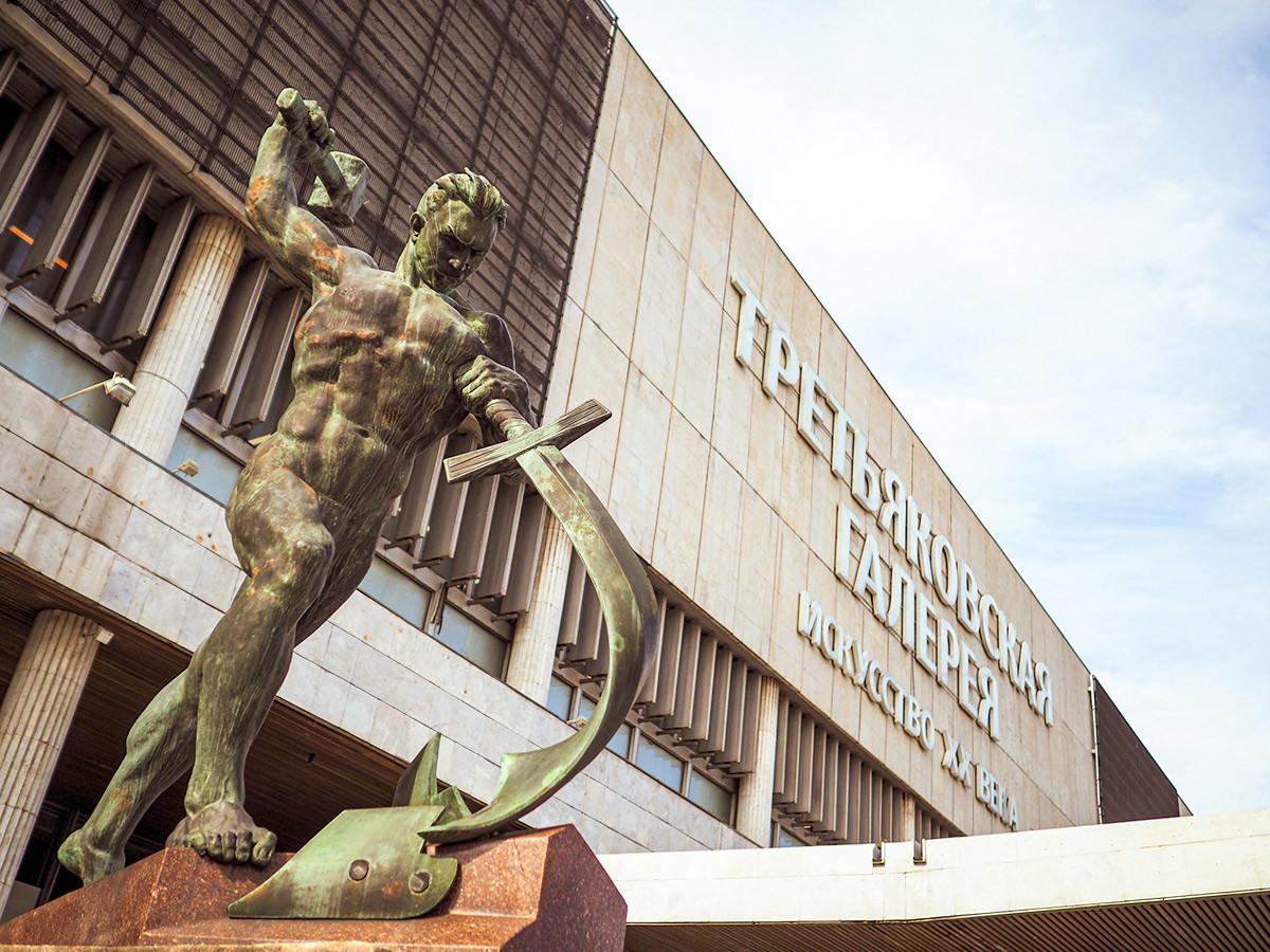 Знаменитая скульптура Е. В. Вучетича «Перекуем мечи на орала»