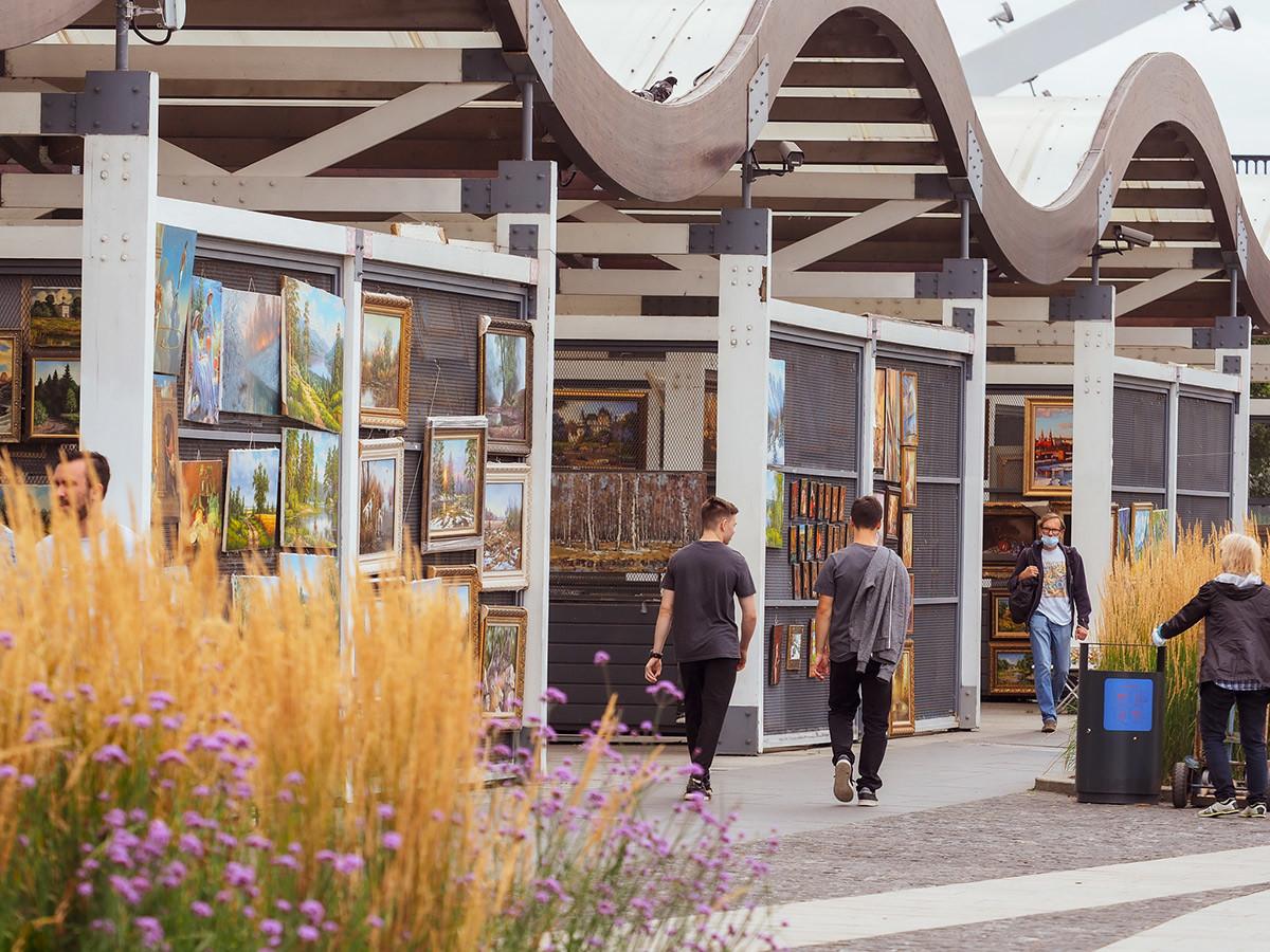 Выставка картин на Крымской набережной рядом с Новой Третьяковкой