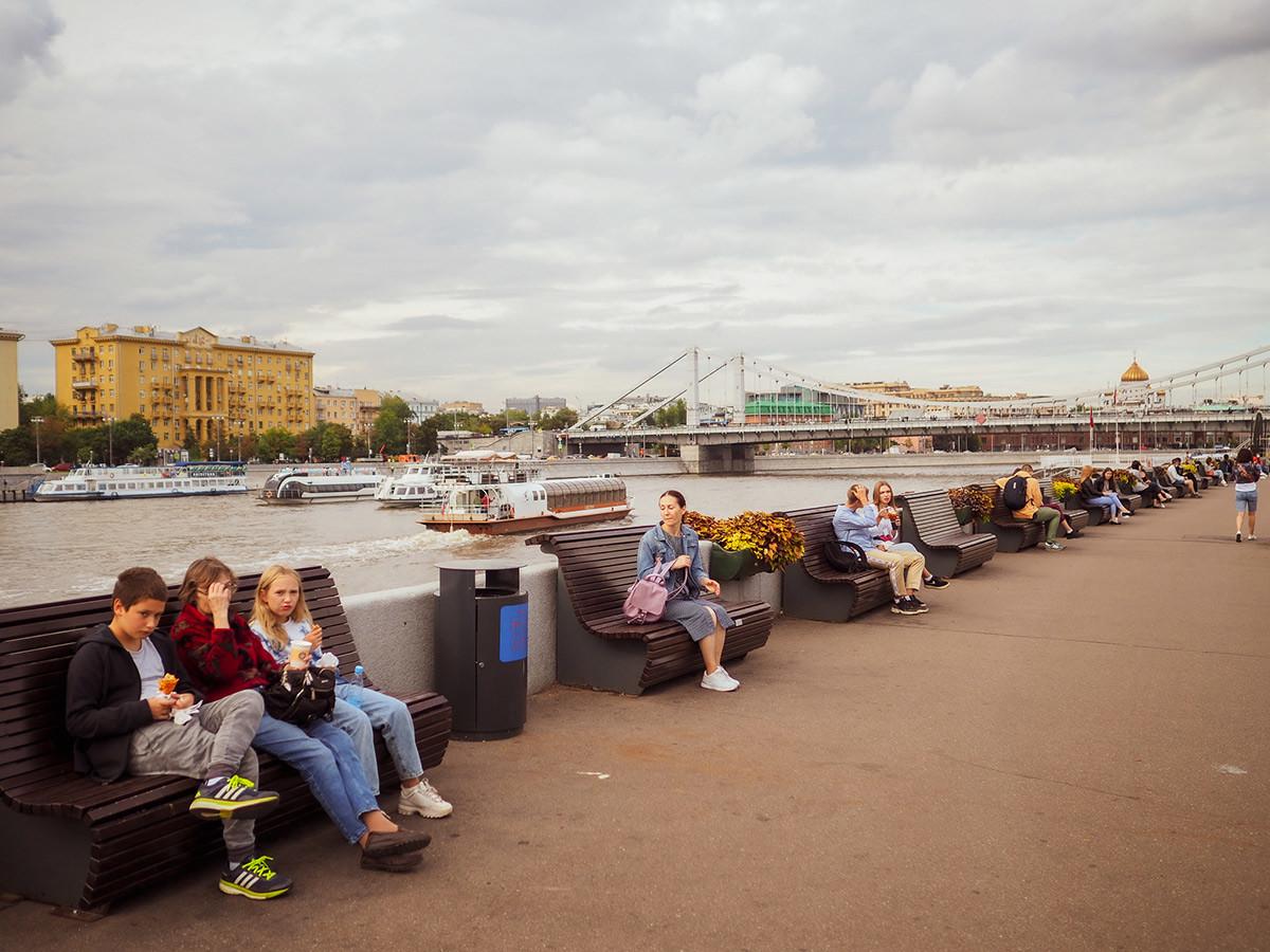 Отдыхающие на Пушкинской набережной