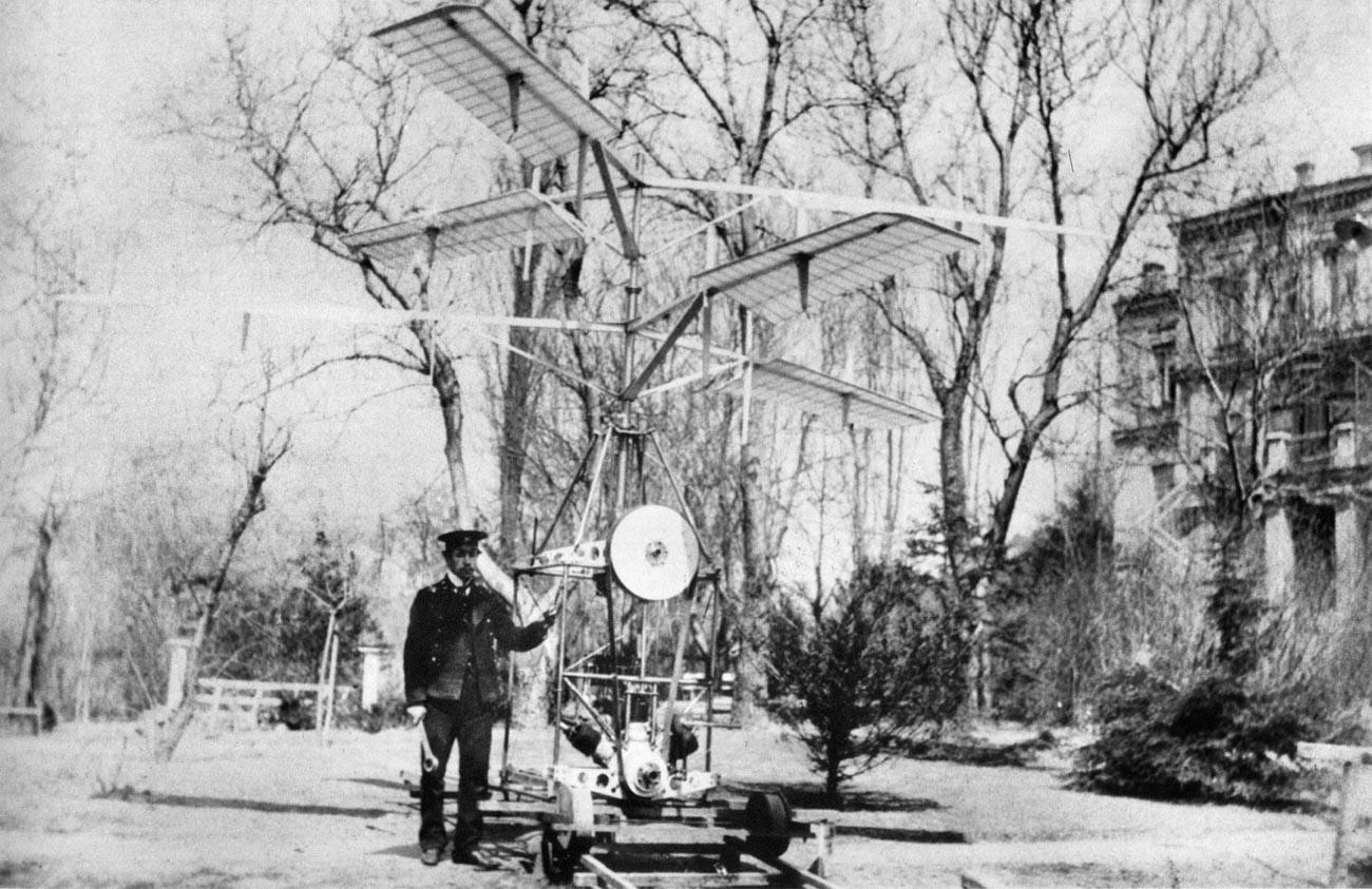 Igor Sikorski zraven svojega prvega helikopterja Sikorsky S-2