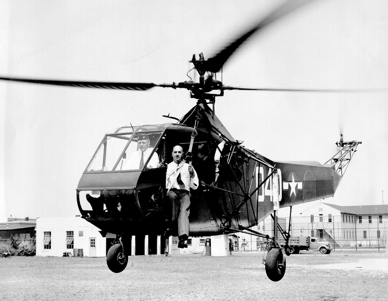 Poveljnik ameriške obalne straže Frank A. Erickson in Igor Sikorski v helikopterju Sikorsky HNS-1 C.G.
