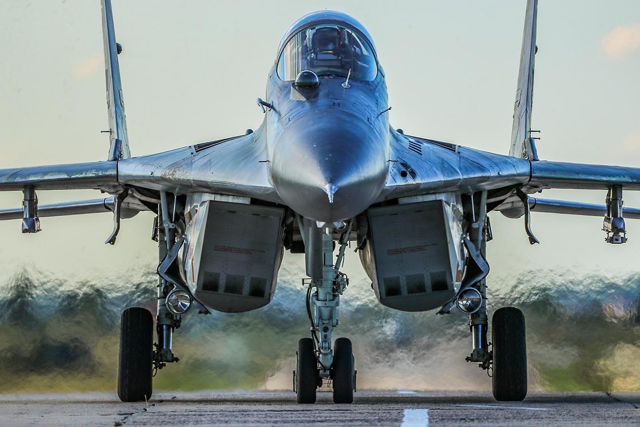 """Ловац МиГ-29 пре вежбовног лета у Државном центру за обуку авијацијског персонала и војно тестирање Министарства одбране РФ """"В. П.Чкалов"""" у Липецку."""