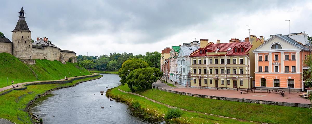 Il Cremlino di Pskov e il fiume Pskova, che costeggia il lungofiume Sovetskaya