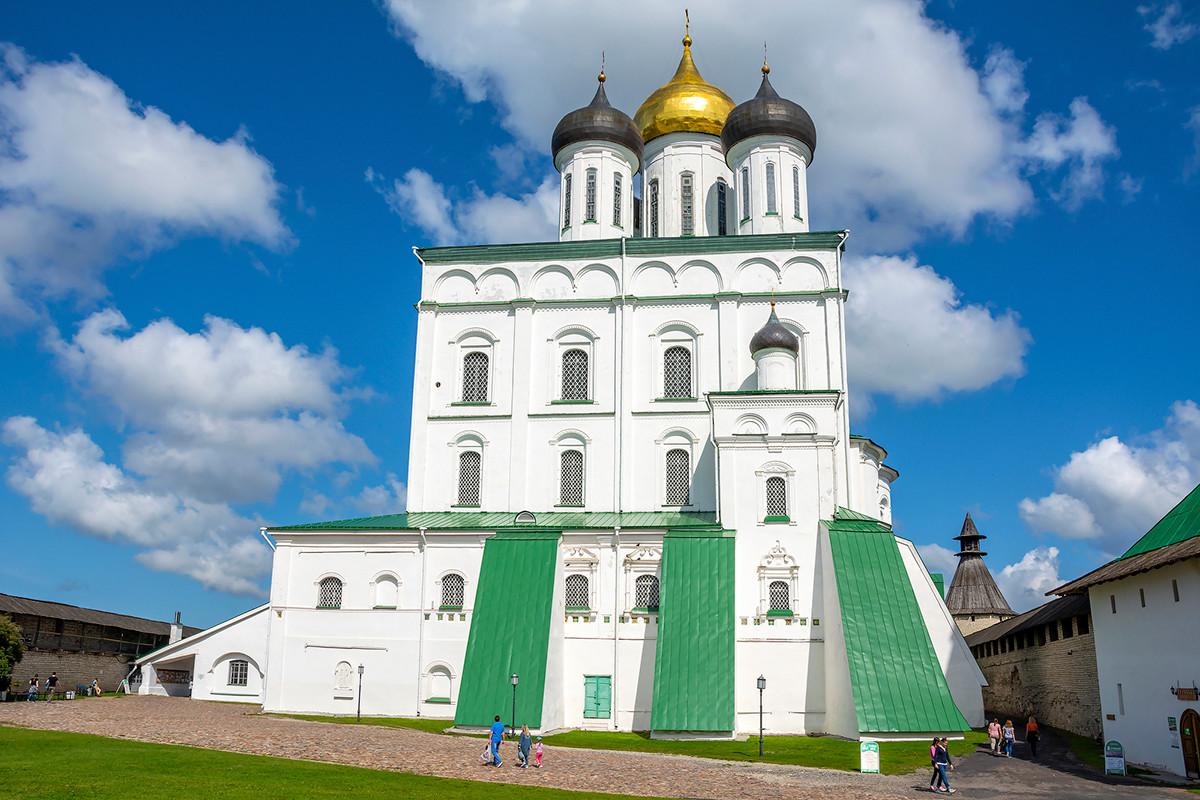 La Cattedrale della Trinità all'interno della cinta muraria del Cremlino di Pskov