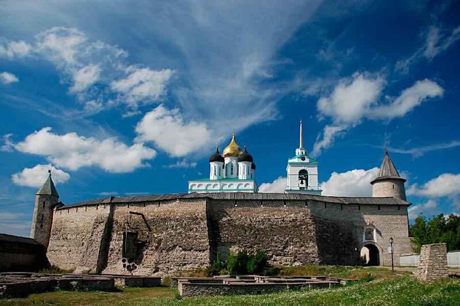 Le mura del Cremlino e le rovine dell'antico insediamento risalente al XIII secolo