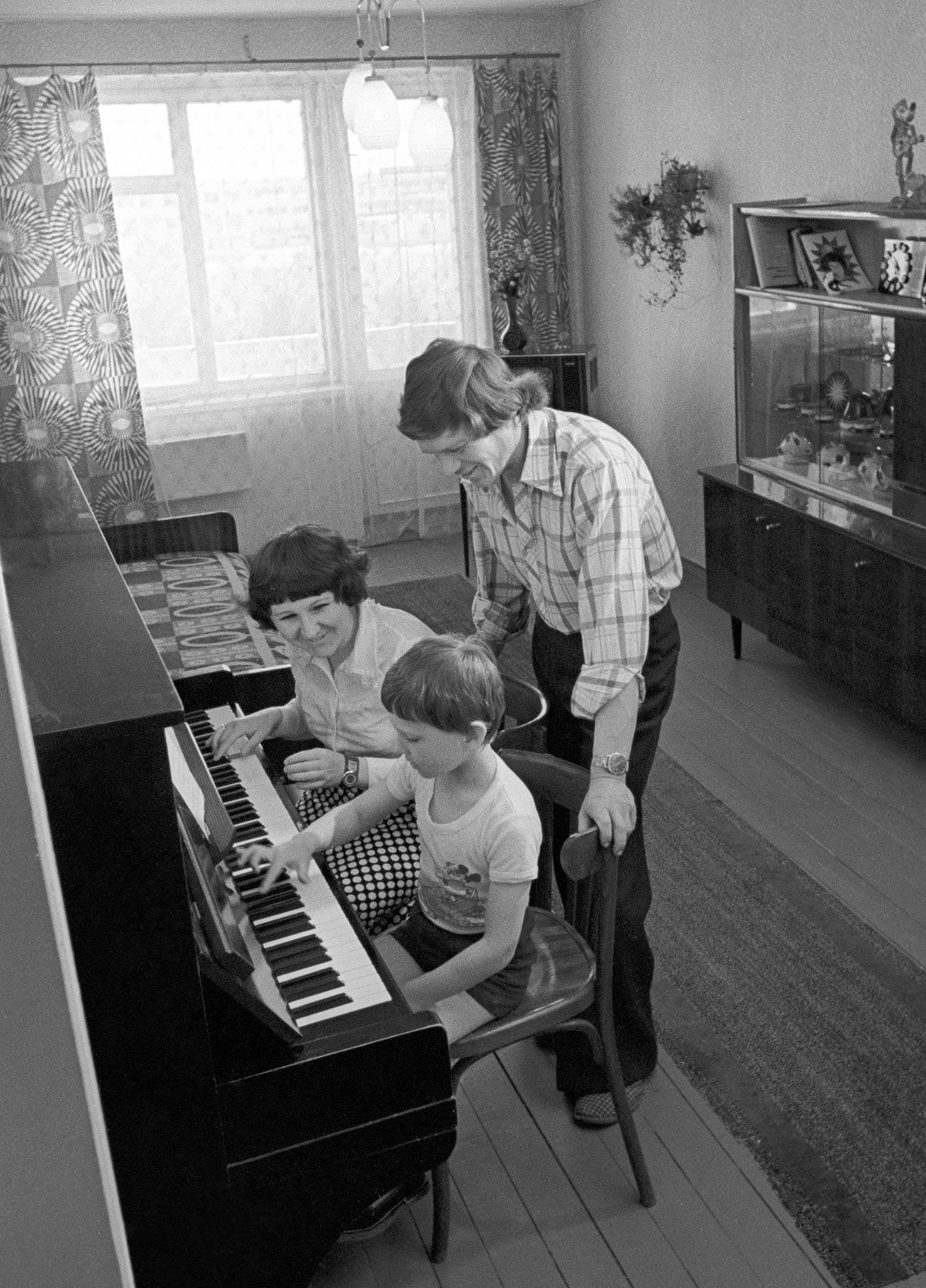 Gli inquilini Natalia e Vladimir Baslerovij con il figlio Sergej nel loro nuovo appartamento