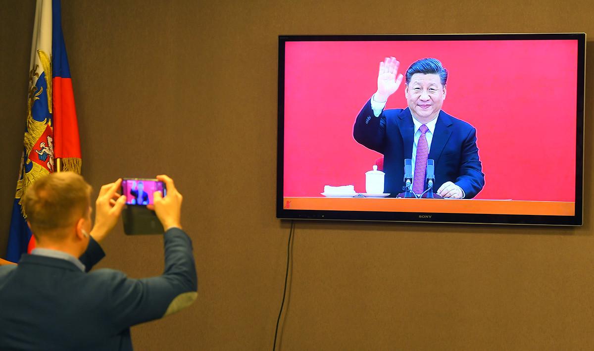 """Новинари ја набљудуваат церемонијата во која Владимир Путин и Си Ѓинпин го пуштаат во работа цевководот """"Силата на Сибир"""" низ кој започнува испораката на рускиот природен гас за Кина. Москва, 2.12.2019 година."""