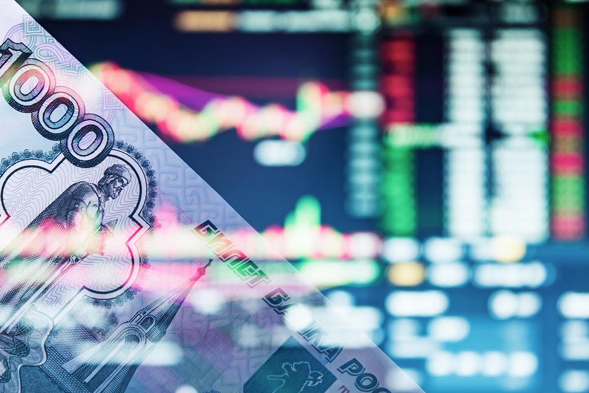 Руската рубља со графикон во позадина. Во крупен план е банкнота од илјада рубли.