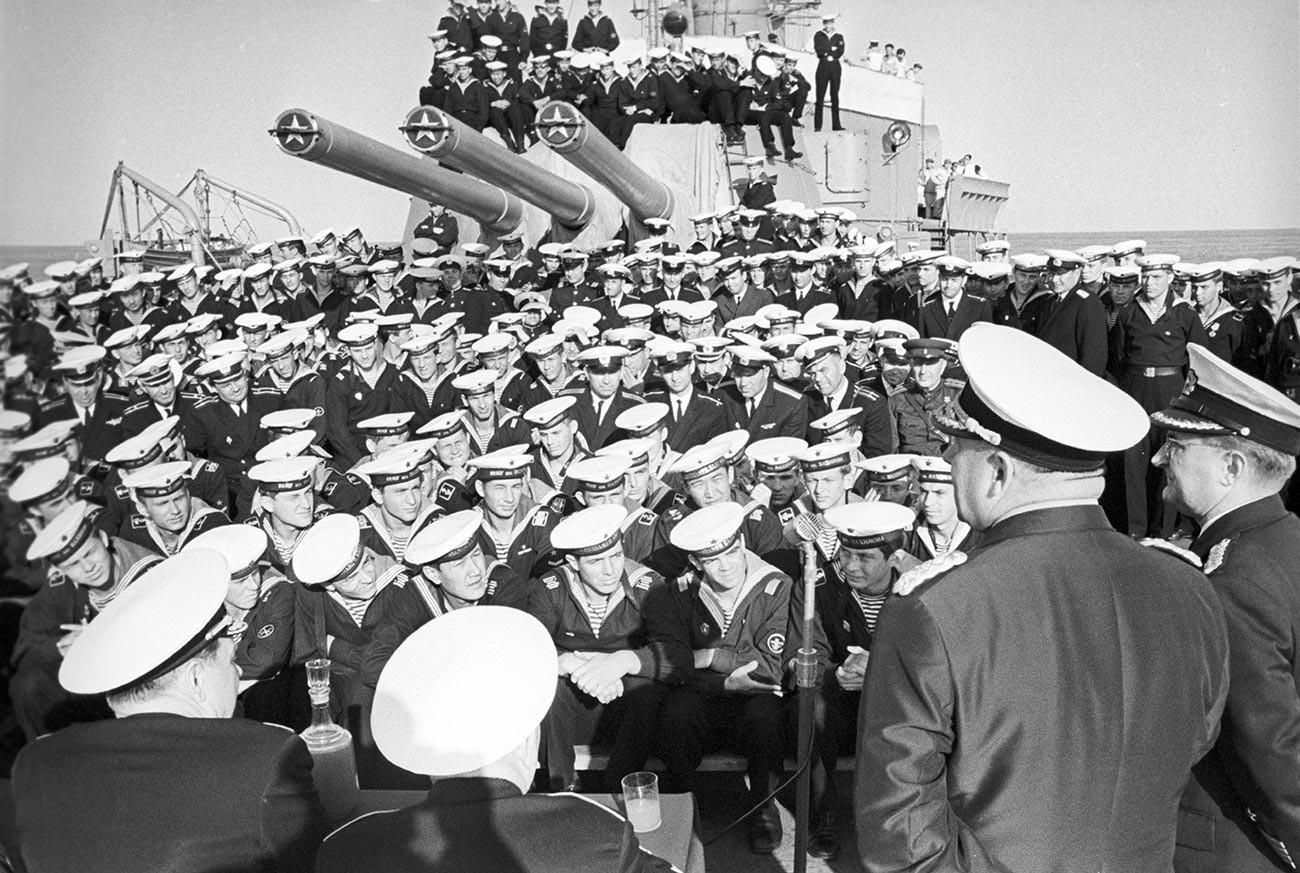 """Митинг на пријателство на крстосувачот """"Киров"""" во текот на маневрите """"Север-68"""" . Под раководство на командантот на  С.Г. Горшков, учествуваа 300 воени бродови и 500 палубни авиони на морнарицата на Источна Германија и Полска, Балтичката и Северната флота на СССР."""