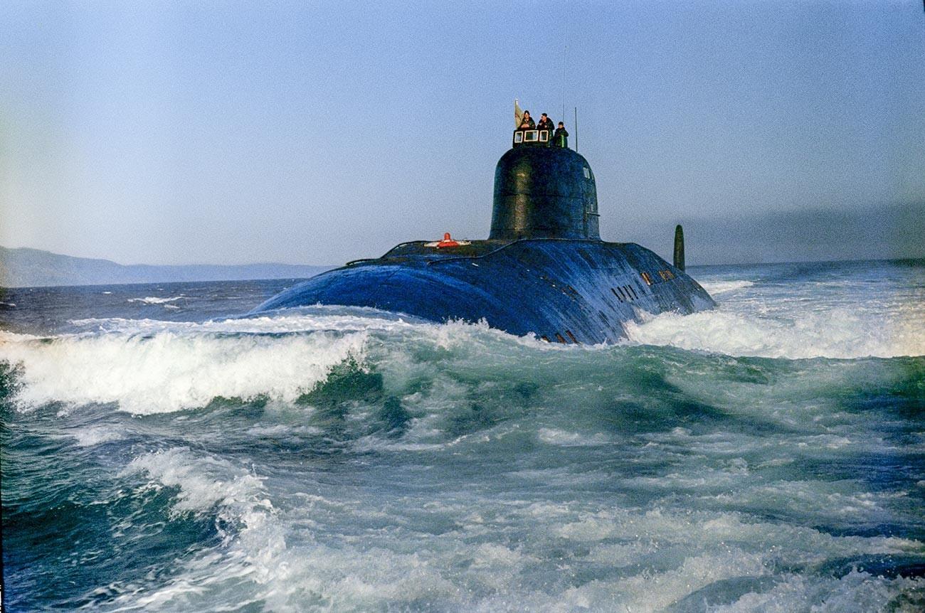 """Воена морнарица на Вооружените сили на Советскиот Сојуз. Нуклеарната подморница """"50 години СССР"""" тргнува на задача. Ова е советска нуклеарна подморница од втората генерација на проектот 671 """"Јорш""""."""