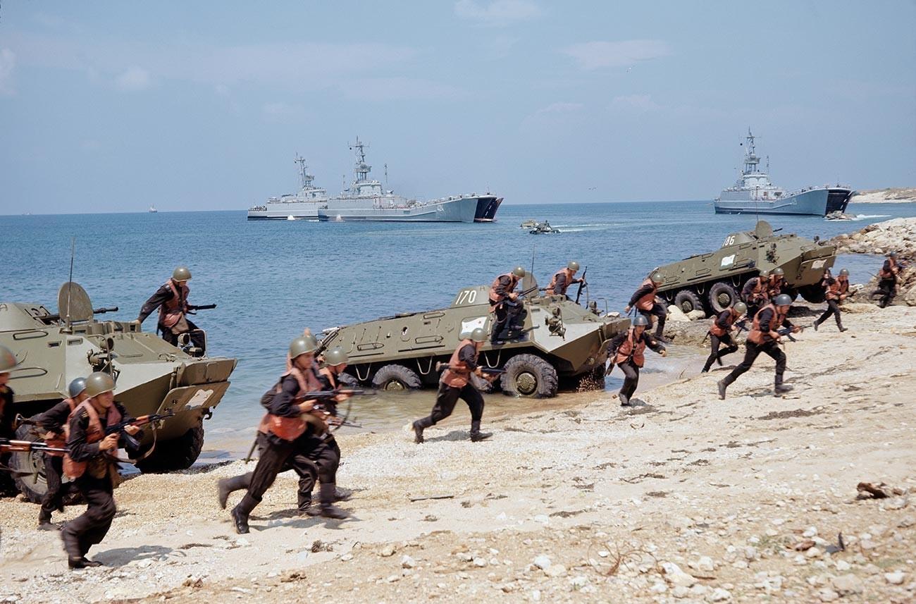 Украинска ССР. Маневри на Црноморската флота на Воената морнарица на СССР (денес Русија). Излегување на копно на маринци.