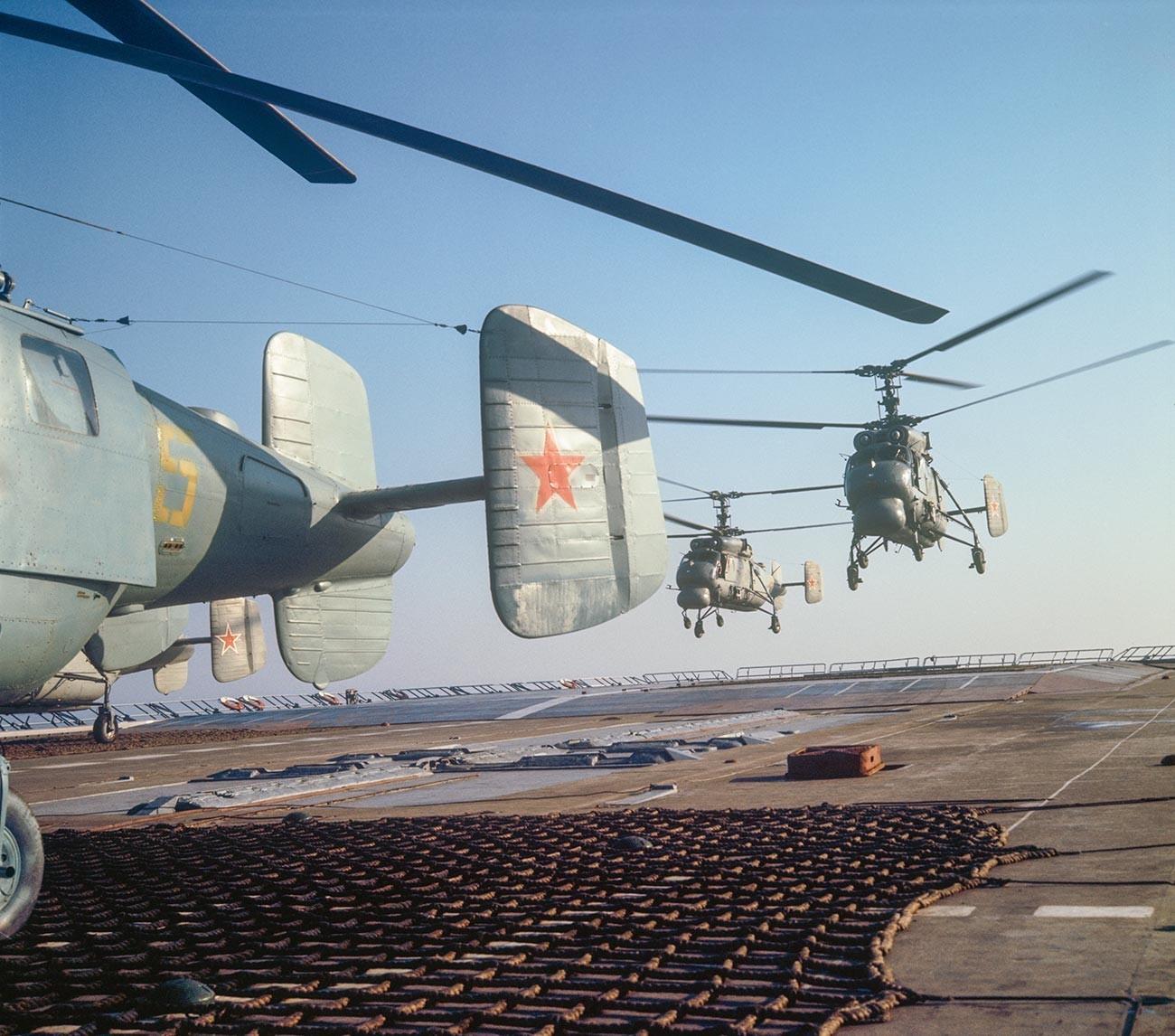 """Воена морнарица на СССР. Противподморничкиот крстосувач """"Москва"""". Хеликоптерска писта."""