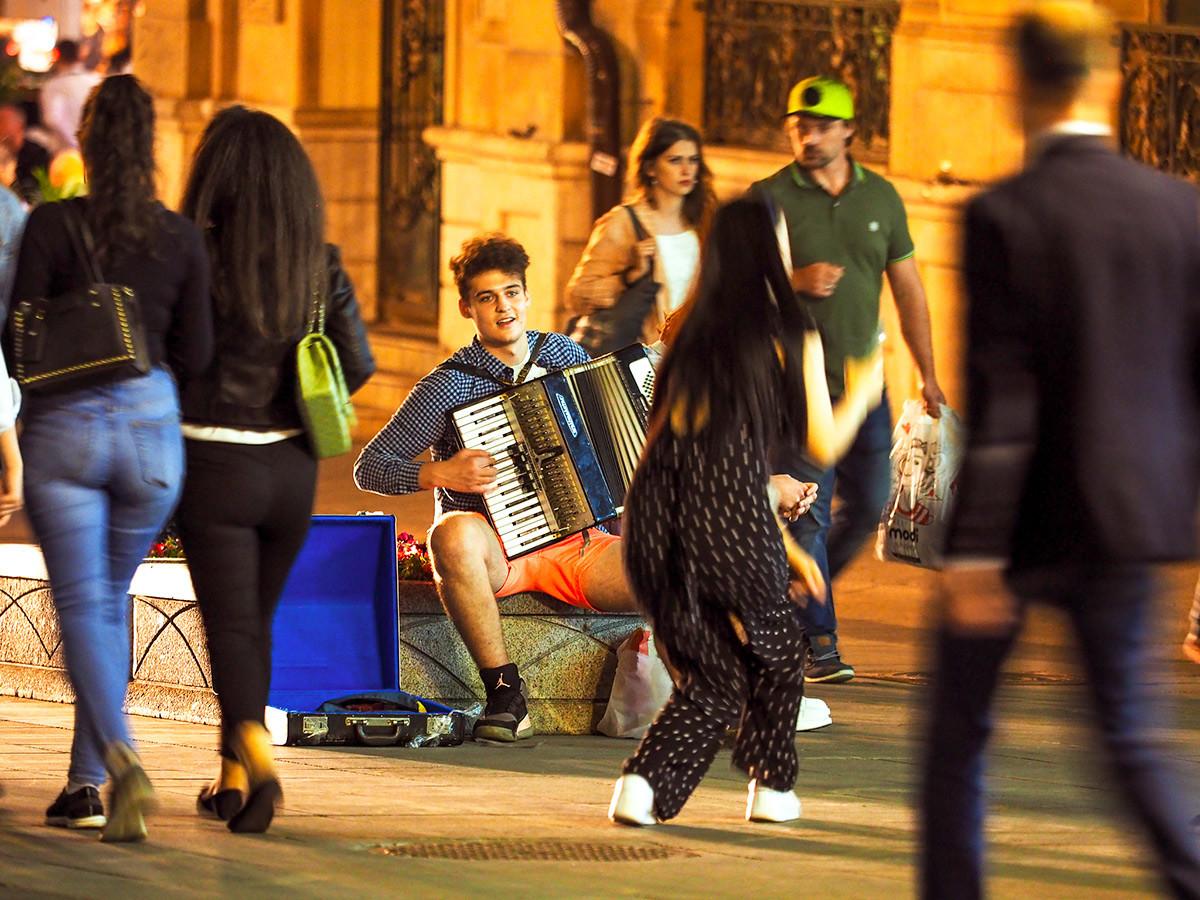 Nastop uličnih glasbenikov na ulici Kuzneckij most