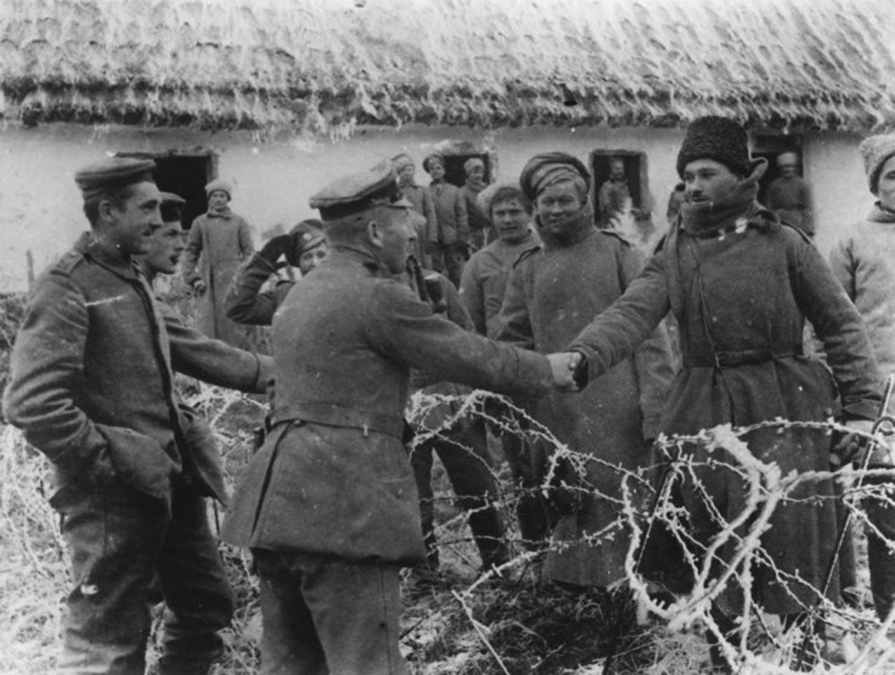 Ruski i njemački vojnici se rukuju.