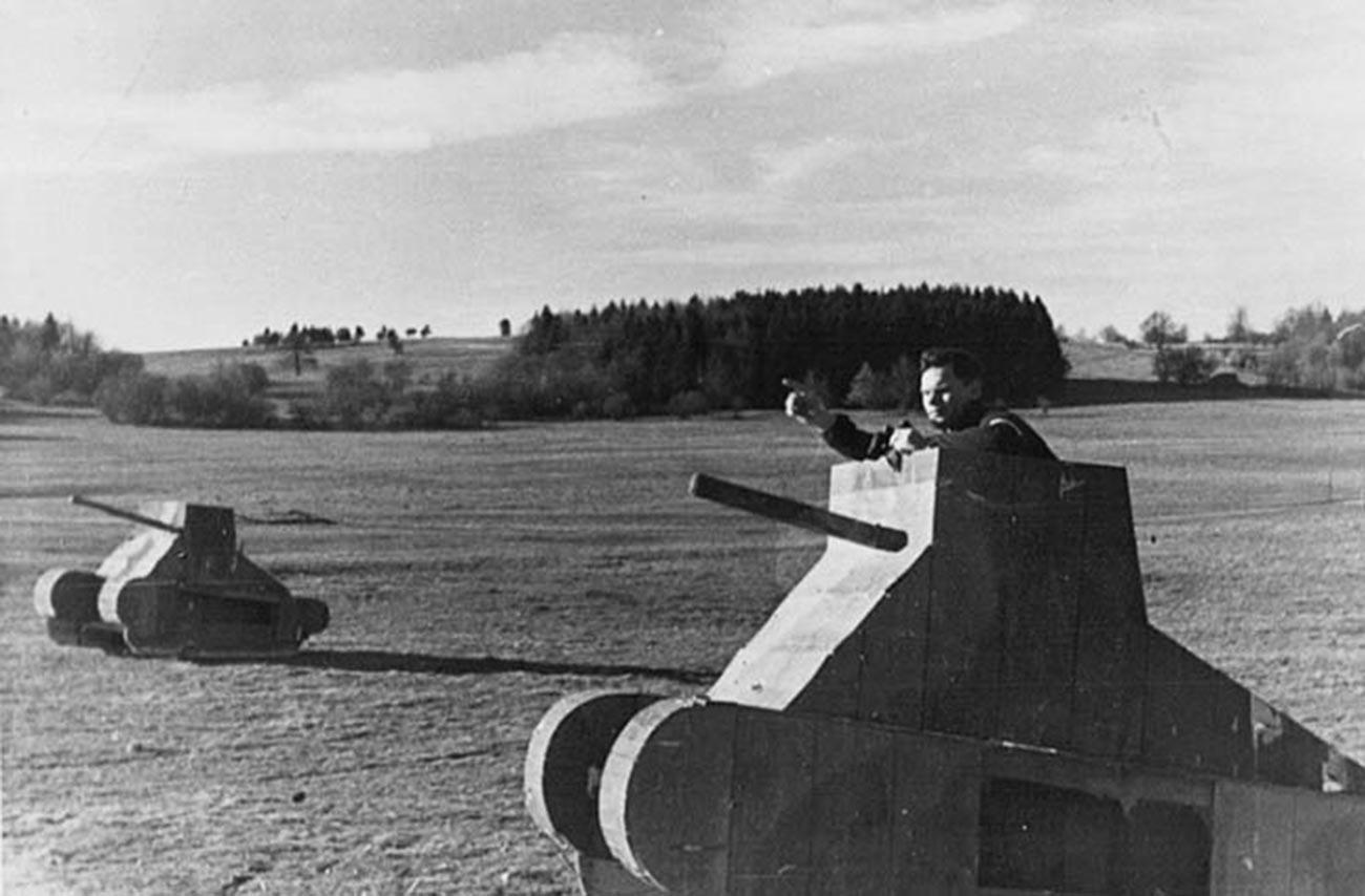 Usposabljanje tankistov v maketah na poligonu Kama