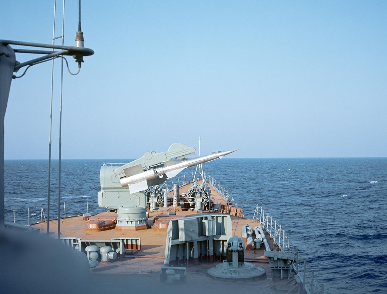 Montaje de un misil en la cubierta de un buque antisubmarino de la Flota del Norte que participó en las maniobras Okean-70.