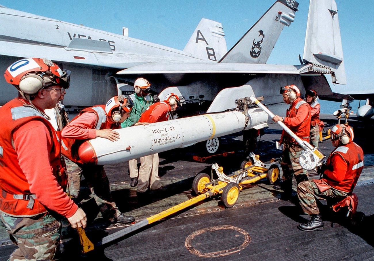 Krstareća raketa SLAM (Supersonic Low Altitude Missile) na vanjskom nosaču raketa ispod krila američkog višenamjenskog borbenog aviona F/A-18 Hornet.