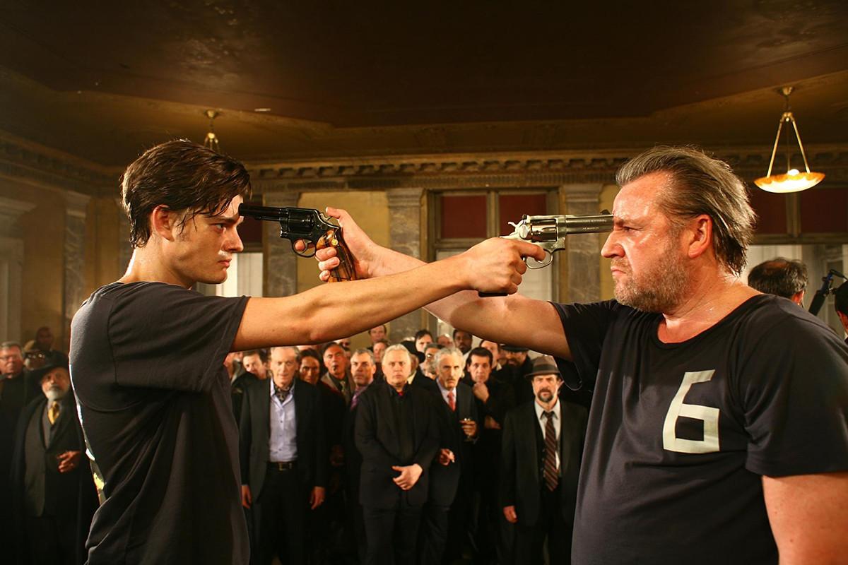 """Cena de """"13: o jogador"""" (2010)."""