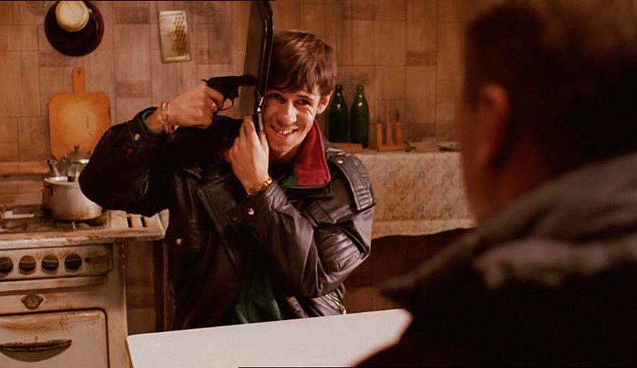 """Cena de """"Jmurki"""" (2005), lançado em inglês como """"Dead Man's Bluff""""."""