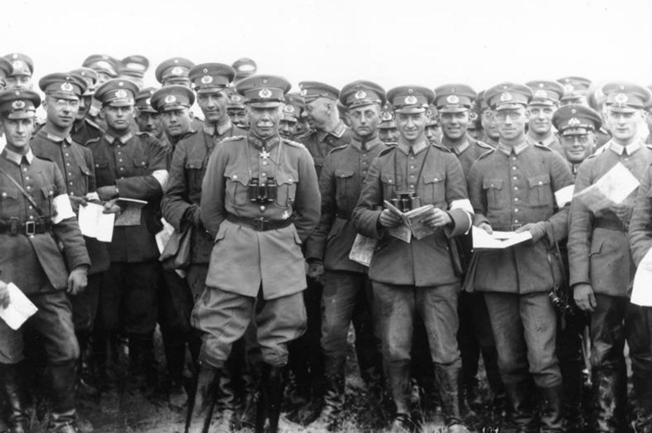Hans von Seeckt (C) and the Reichswehr officers.