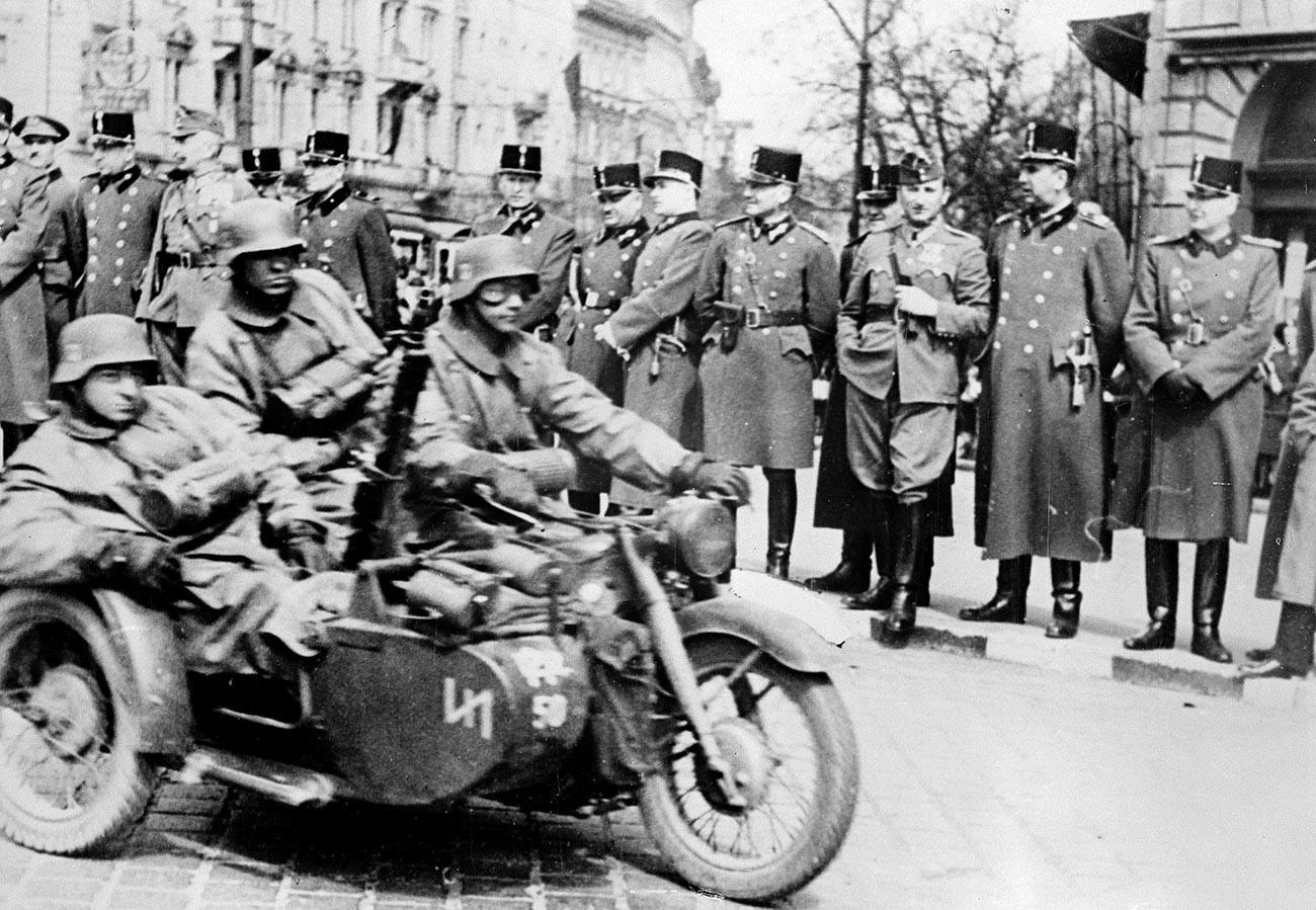 Други светски рат. Мађарски официри формирају почасну стражу за немачку армију која пролази кроз Будимпешту да окупира Југославију, април 1941.