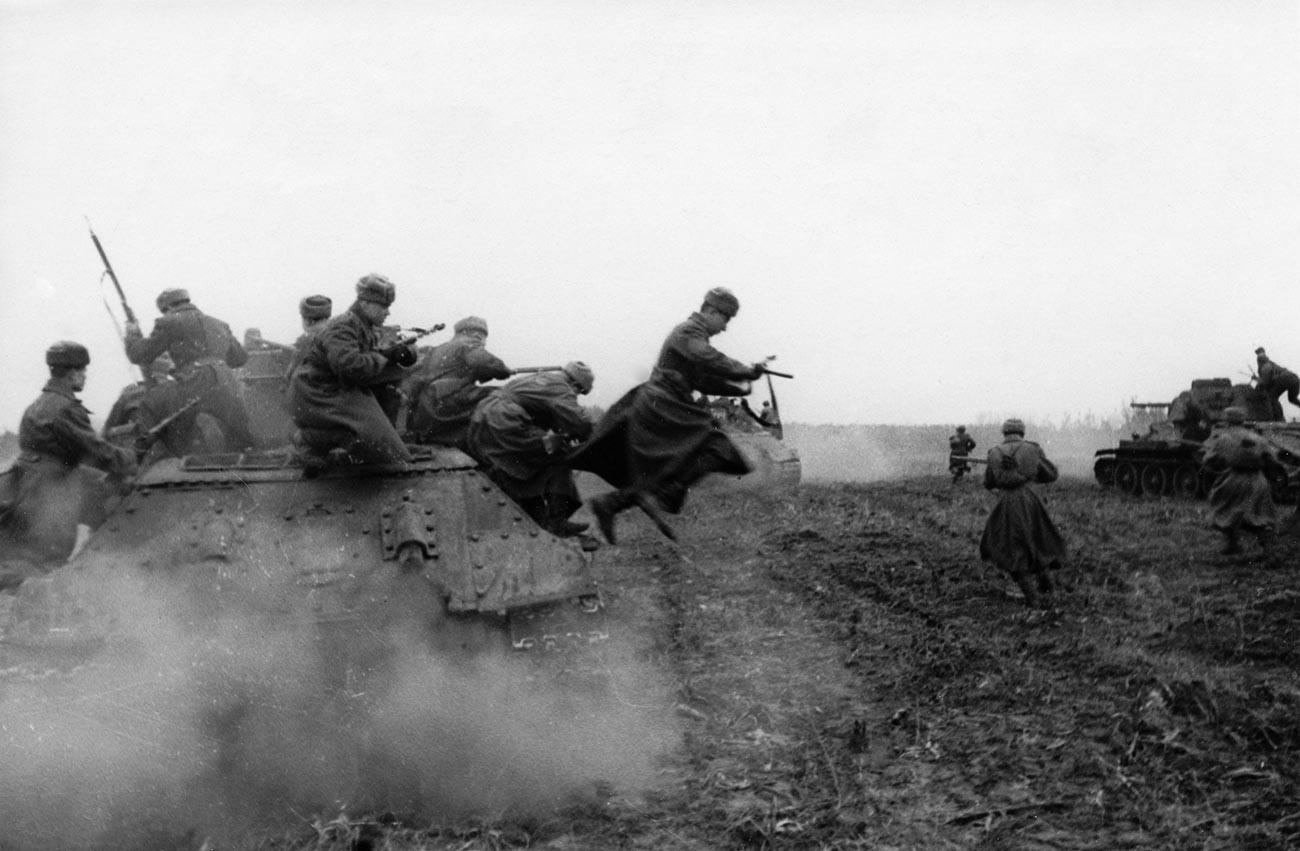 Втората световна война, Втори украински фронт, съветска танкова пехота атакува подстъпите към Будапеща, Унгария, декември 1944 г.
