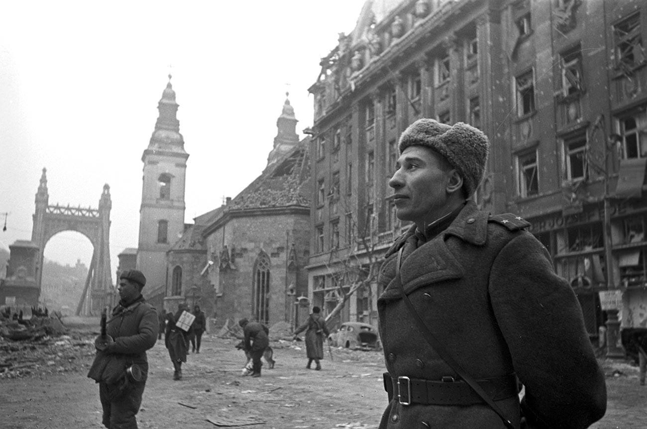 Красная Армия в освобожденном Будапеште.