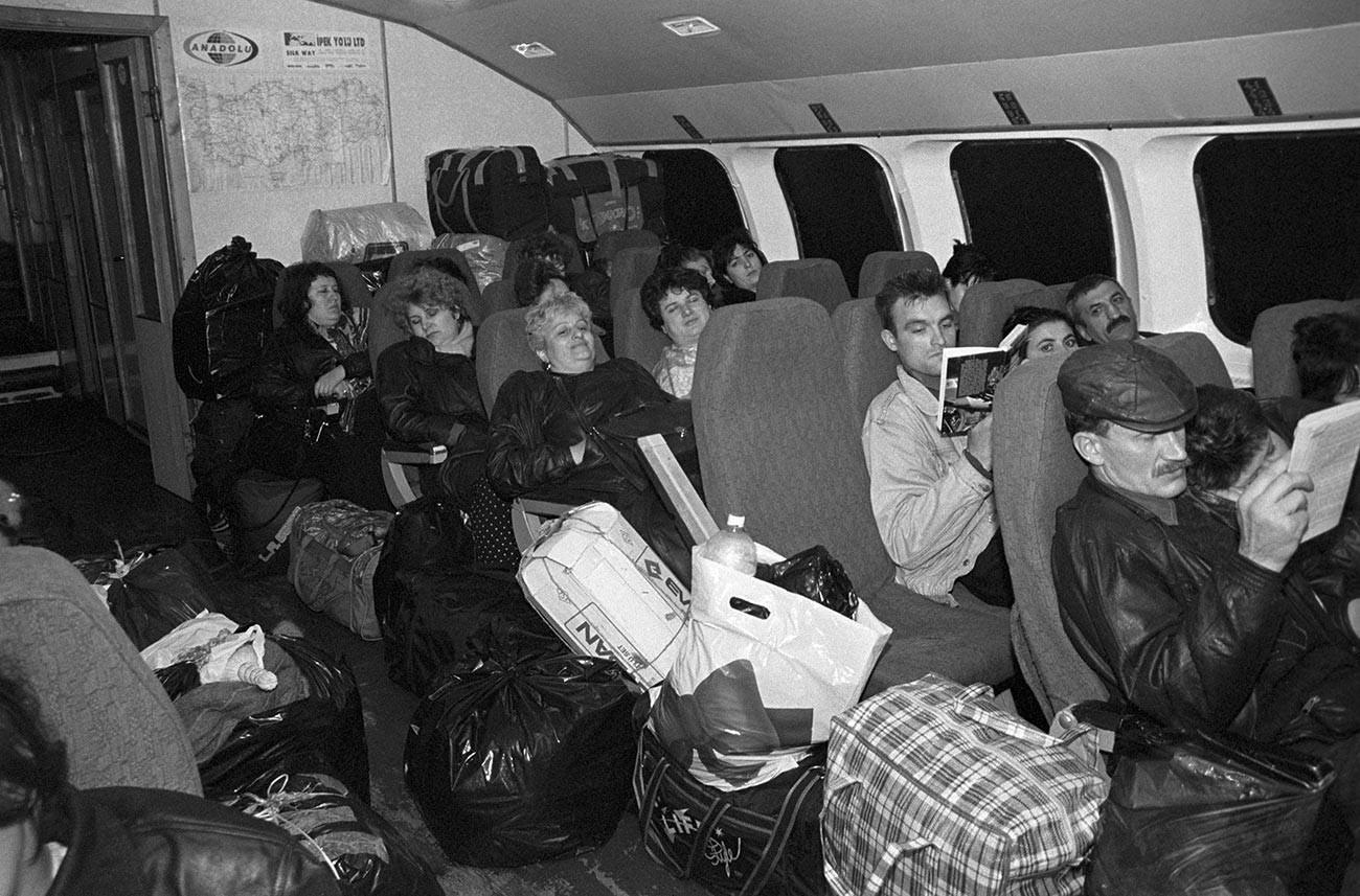 Russi di ritorno dalla Turchia dove hanno fatto acquisti, 1995
