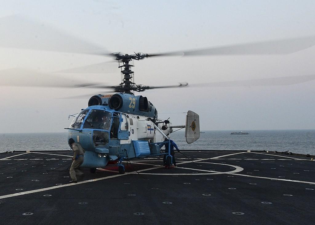 Un helicóptero Ka-27 Helix de la Armada Ucraniana aterriza en la cubierta de vuelo del buque de desembarco anfibio USS Whidbey Island (2016)