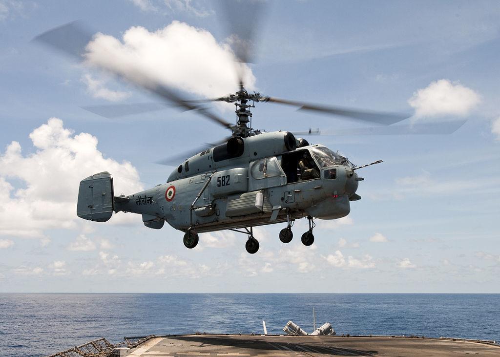 Un helicóptero Kamov Ka-27 de la armada india se prepara para aterrizar en la cubierta de vuelo del crucero de misiles guiados clase Ticonderoga USS Bunker Hill (2012)