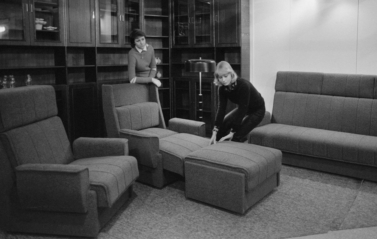 """Производи на Нарвската фабрика за мебел: ѕидна гарнитура и комплет """"Лаура""""."""