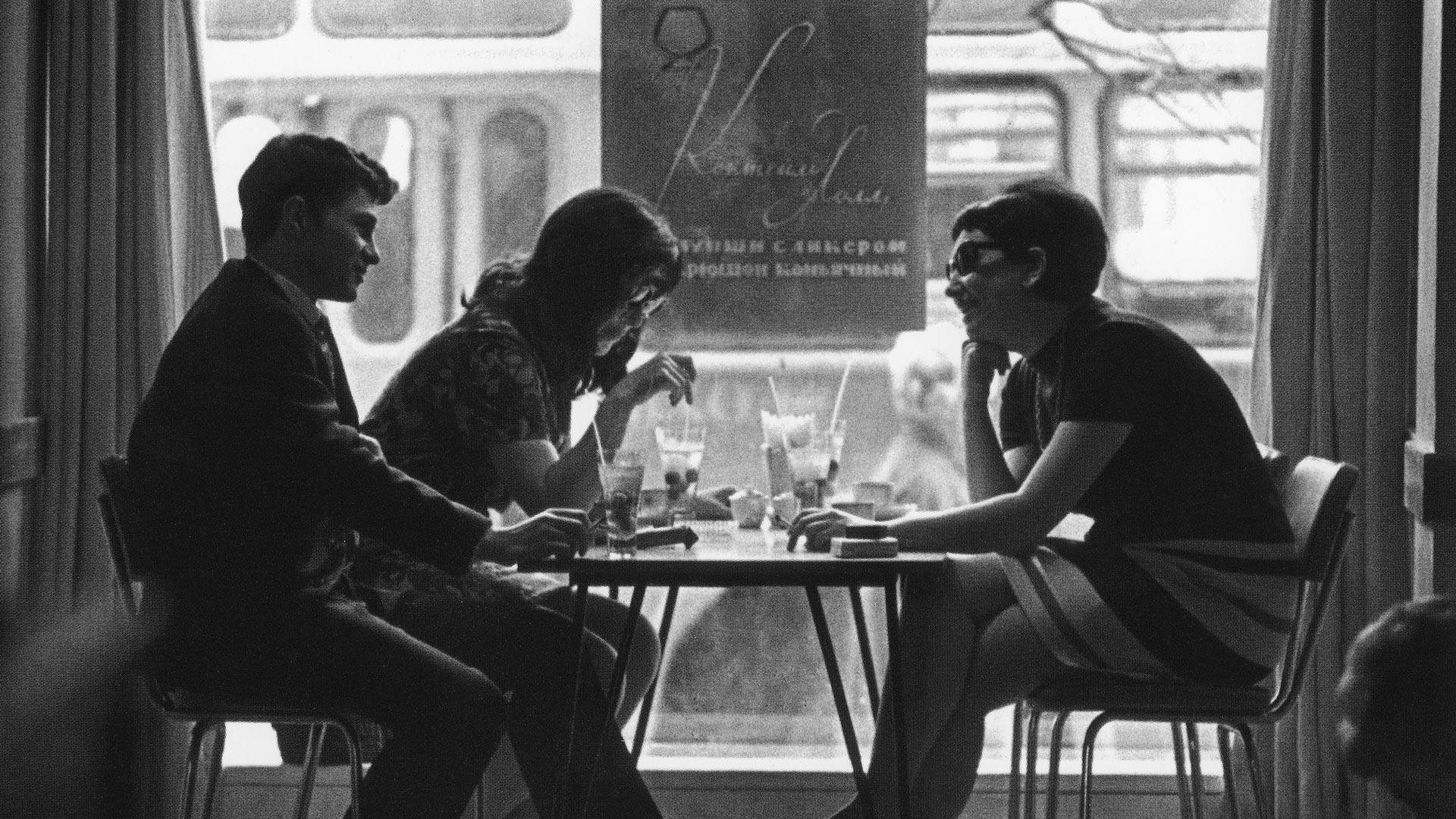 """Jovens bebem coquetéis na Moscou soviética em um bar chamado """"Cocktail Hall""""."""