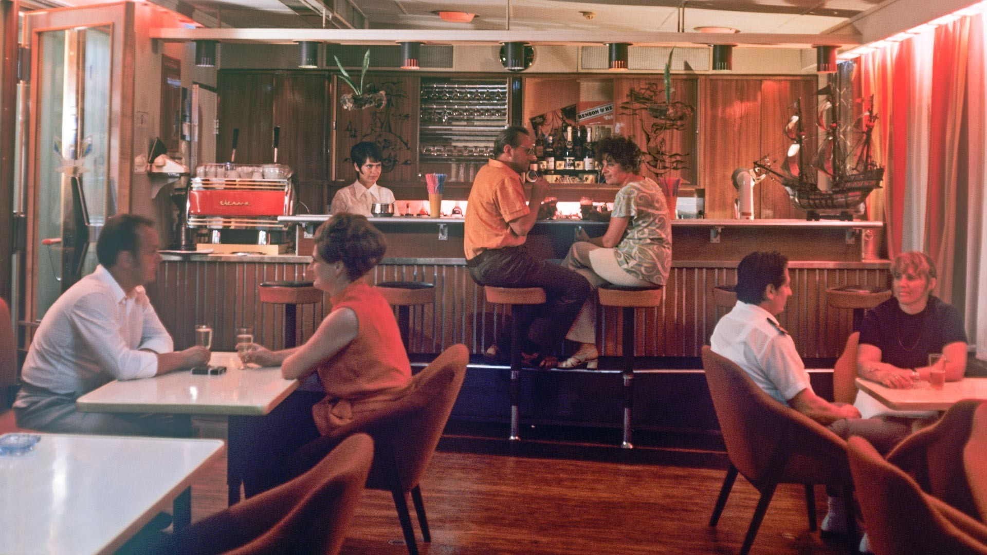 """Cidadãos soviéticos bebendo coquetéis no bar """"Iakor"""", construído em um barco."""