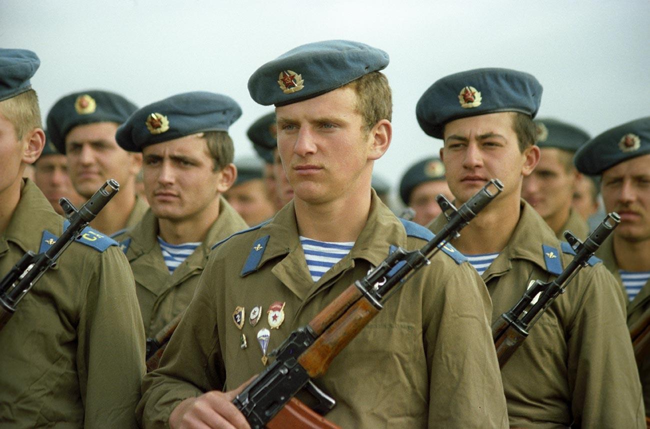 Des soldats du corps aéroporté de l'URSS
