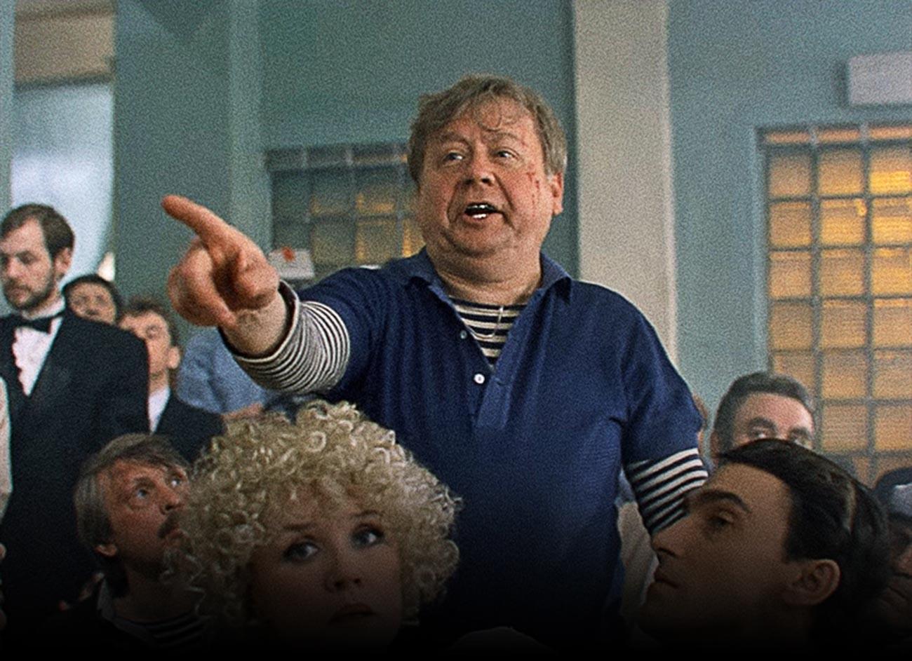 Le légendaire acteur soviétique Oleg Tabakov jouant un voyou dans le film Сhirli-Myrli (1995)