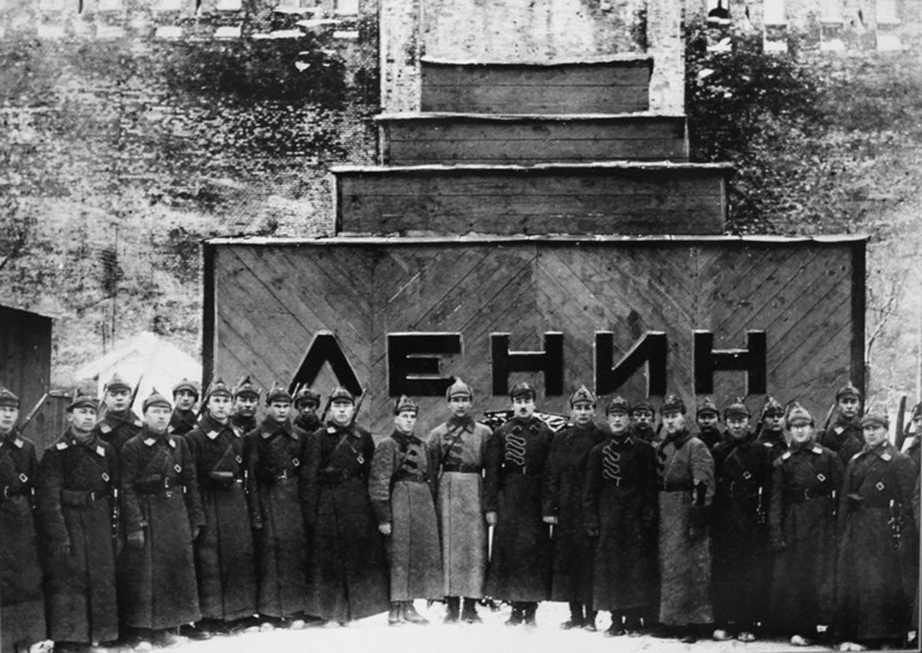 Corps de garde d'une école militaire devant le mausolée temporaire en bois, en 1924